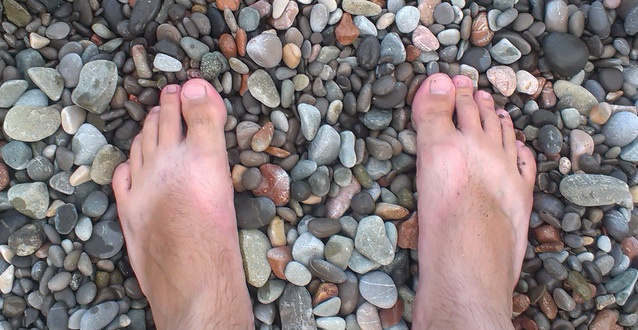 босиком по камням
