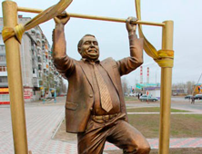 памятнику чиновнику на турнике